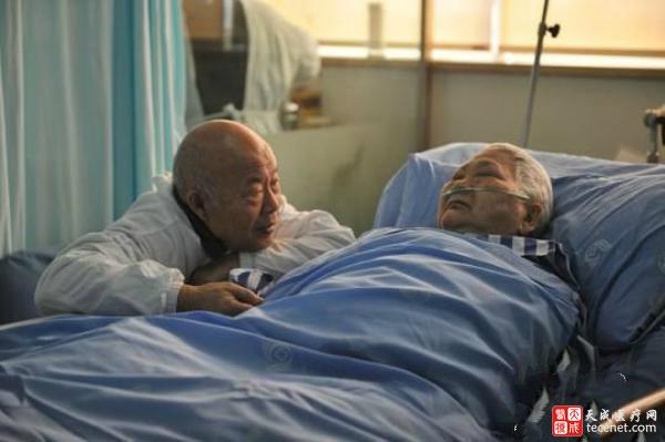 四川八旬老人与病妻ICU里的爱情